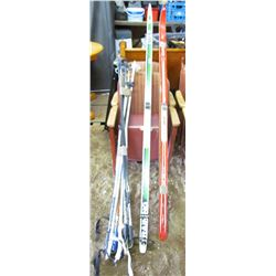 LOT OF SKI EQUIPMENT (2 X SKIS; GREEN AND WHITE 6.5' LONG, RED 6' LONG) *4 X PAIRS OF POLES*