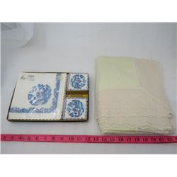 LOT OF NAPKINS AND LACE EDGED TABLE CLOTH