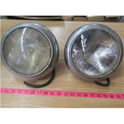 LOT OF 2 HEADLIGHTS (VINTAGE) *UNKNOWN YEAR OR MODEL* (1 CRACKED)