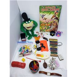 LOT INCLUDING A CHILDRENS BOOK, PUPPETS, MISC PLASTIC TOYS