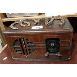 ANTIQUE VIKING RADIO & 4 HORSESHOES