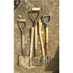 LOT OF 4 YARD TOOLS (METAL SHOVEL, PICKAXE, AXE AND PITCHFORKS)