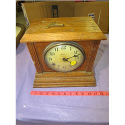 OAK MANTLE CLOCK (INGRAHAM) *COMES WITH KEY*