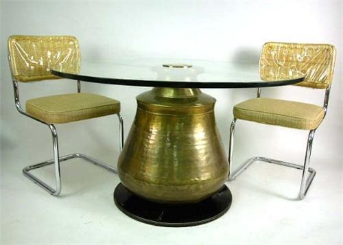 A MODERN ROUND GLASS TOP DINING TABLE WITH LARGE BRASS URN