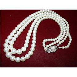A GORGEOUS TWO STRING PEARL NECKLACE #896432
