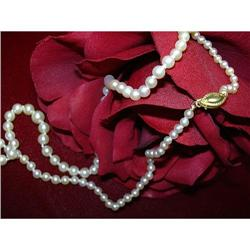 A LOVELY OFF  WHITE PEARL NECKLACE #896434