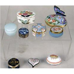 AN ASSORTED GROUP OF COVERED PORCELAIN BOXES