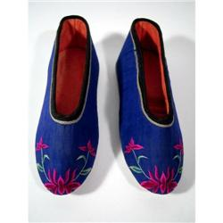 A FINE PAIR OF CHING DYNASTY LOTUS SHOES,