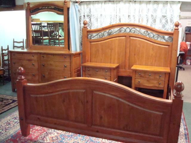 BROYHILL Continental Tapestry Pine Bedroom Set: