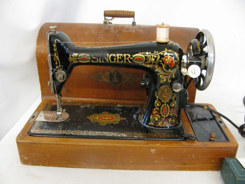 Early 40th C Table Top 'Singer' Sewing Machine Magnificent Table Top Sewing Machine