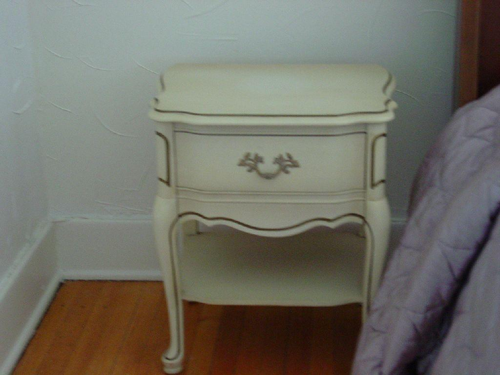 ... Image 2 : BASSETT FURNITURE INDUSTRIES INC. BLONDE WOOD ANTIQUE BEDROOM  SUIT WITH GOLD TRIM ...